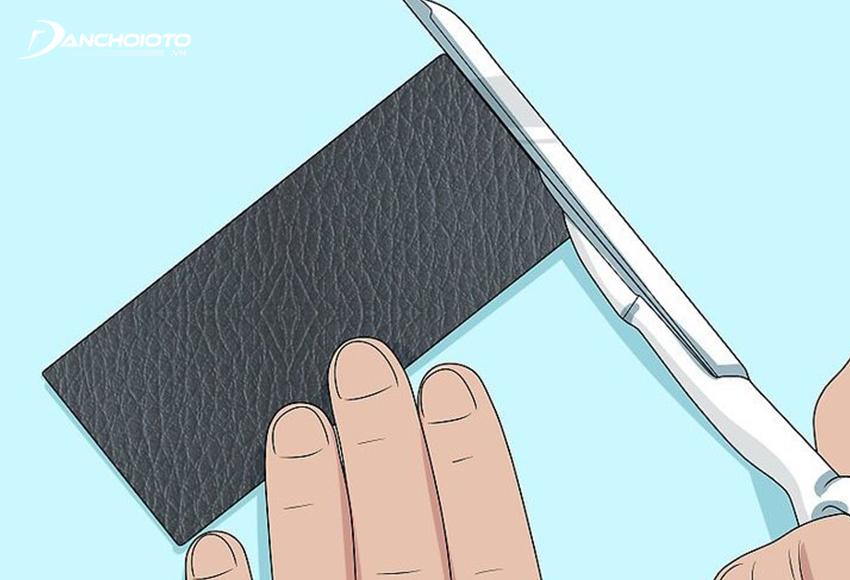 Cắt miếng da vá theo kích thước và hình dạng lỗ thủng