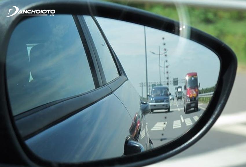 Chỉnh gương chiếu hậu góc hẹp giúp quan sát được hông, đuôi xe