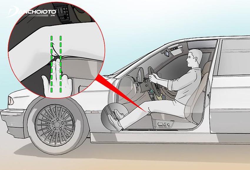 Chỉnh khoảng cách ghế lái sao cho giữa chân và ghế có một khe trống đủ đặt vừa 2 ngón tay