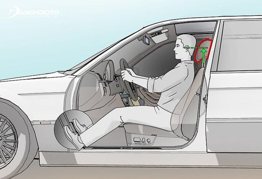 Chỉnh tựa đầu ghế xe sao cho đỉnh đầu ngang với cạnh trên của tựa đầu