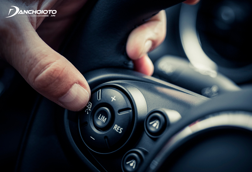 Cruise Control System giúp xe tự động duy trì tốc độ mà người lái cài đặt sẵn