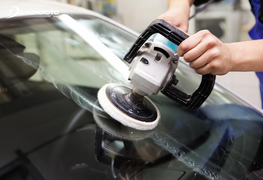 Đánh bóng kính lái không chỉ giúp xoá xước mà còn xoá cả các vết ố vàng, giúp phục hồi độ trong, độ sáng bóng của kính