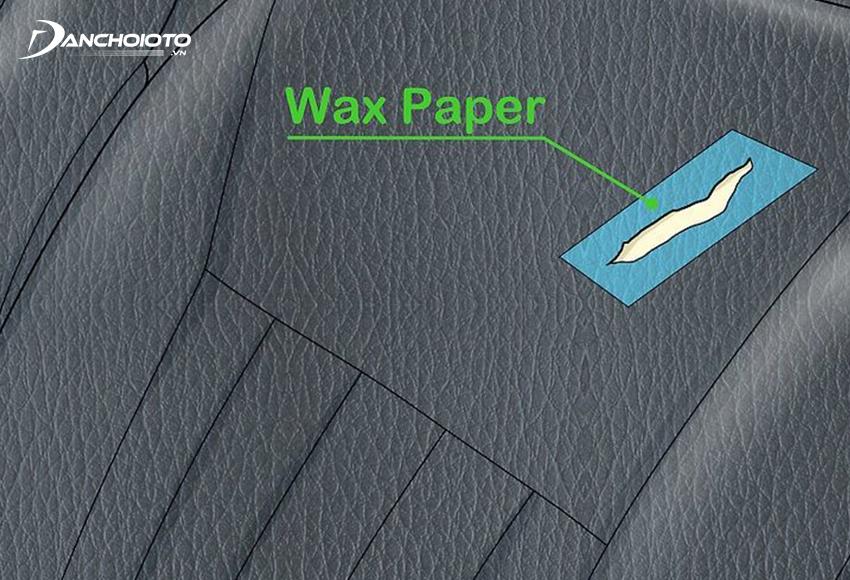 Đặt một miếng giấy sáp luồn dưới lỗ thủng