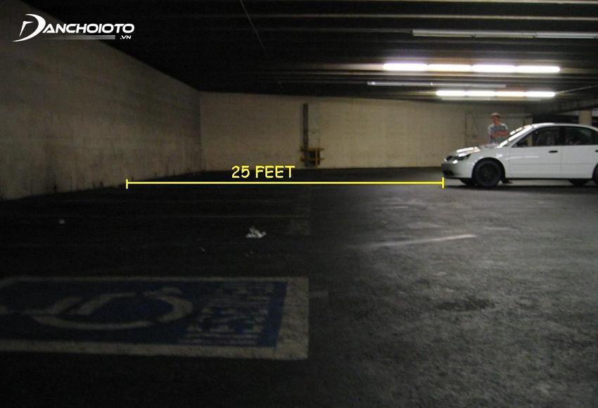 Đỗ xe cách tường từ 5 – 7 m