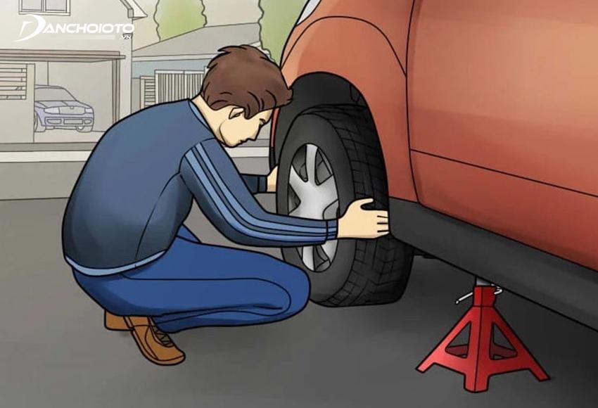Giữ chặt và lắc mạnh bánh xe theo nhiều hướng để kiểm tra có rung lắc bất thường nào không