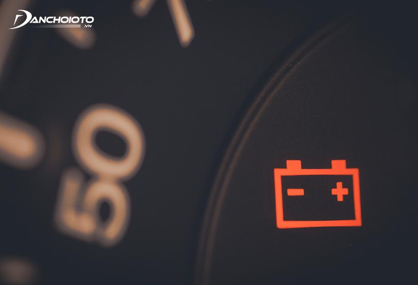 Khi bình ắc quy yếu, hỏng hay hệ thống sạc bình ắc quy có vấn đề, đèn báo ắc quy sẽ bật sáng liên tục để thông báo