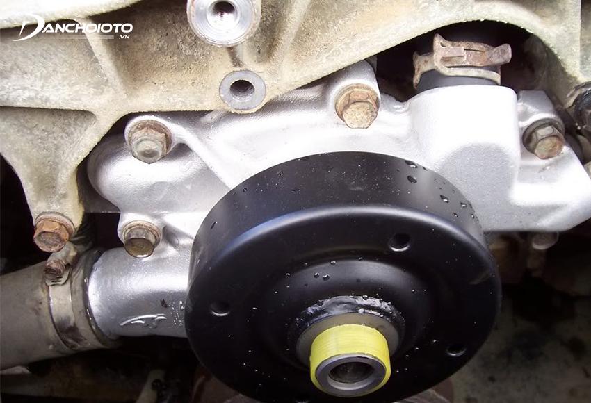 Máy bơm nước làm mát ô tô bị hư sẽ dễ khiến xe bị quá nhiệt do không được giải nhiệt tốt