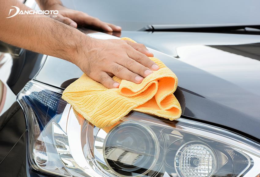 Nên sử dụng khăn mềm chuyên dụng để lau rửa xe ô tô