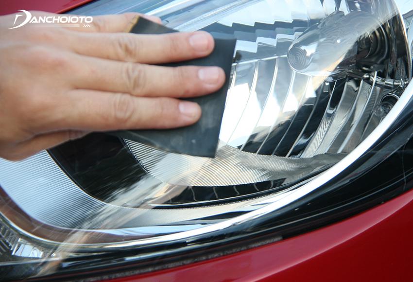 Nếu đèn xe bị xước nhiều thì có thể dùng cách đánh bóng đèn pha ô tô bị xước bằng giấy nhám