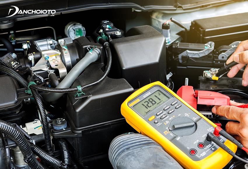 Nếu điện áp bình ắc quy đo được bằng hoặc lớn hơn 12V nghĩa là ắc quy đang bình thường