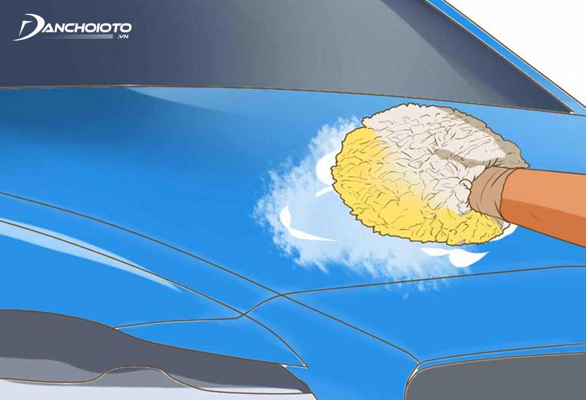 Nhúng bọt biển vào xà bông và lau rửa từng khu vực trên xe