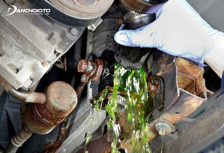 Nước làm mát bị hao nhanh đa phần là do xuất hiện rò rỉ ở hệ thống đường ống