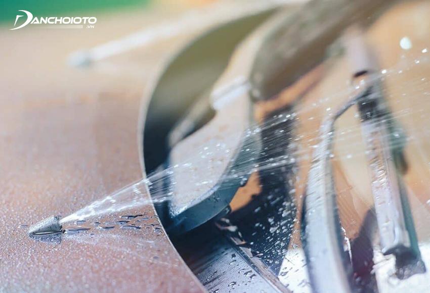 Nước rửa kính ô tô giúp làm sạch bụi bẩn, dầu mỡ, cặn canxi, chất bẩn, xác côn trùng… bám trên bề mặt kính chắn gió
