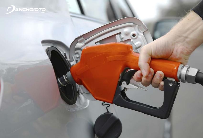 Sử dụng xăng giả là một trong các nguyên nhân xe ô tô bốc cháy thường gặp