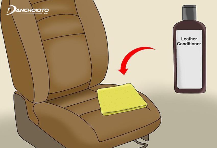 Thoa dung dịch bảo dưỡng lên bề mặt ghế da