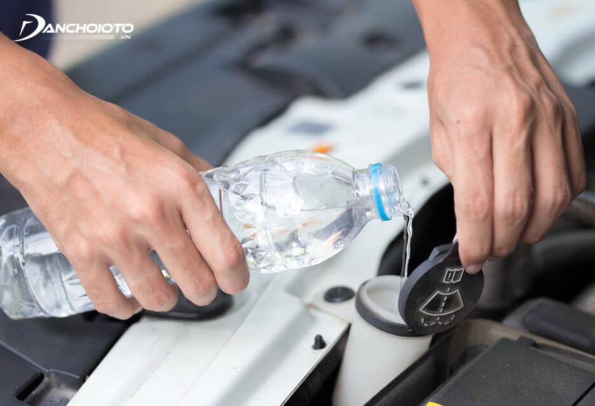 Trong trường hợp xe bị hết nước rửa kính nhưng không có sẵn dung dịch rửa kính chuyên dụng thì có thể sử dụng tạm nước tinh khiết đóng chai