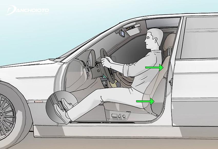 Tư thế ngồi lái xe đúng là cơ thể luôn áp sát vào lưng ghế