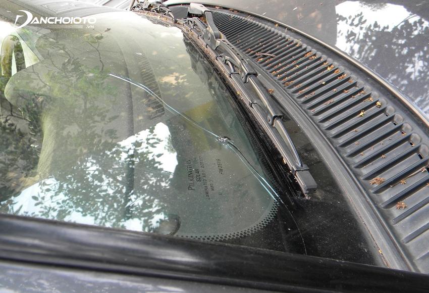 Vết nứt có độ dài trên 15 cm thì nên thay kính lái mới