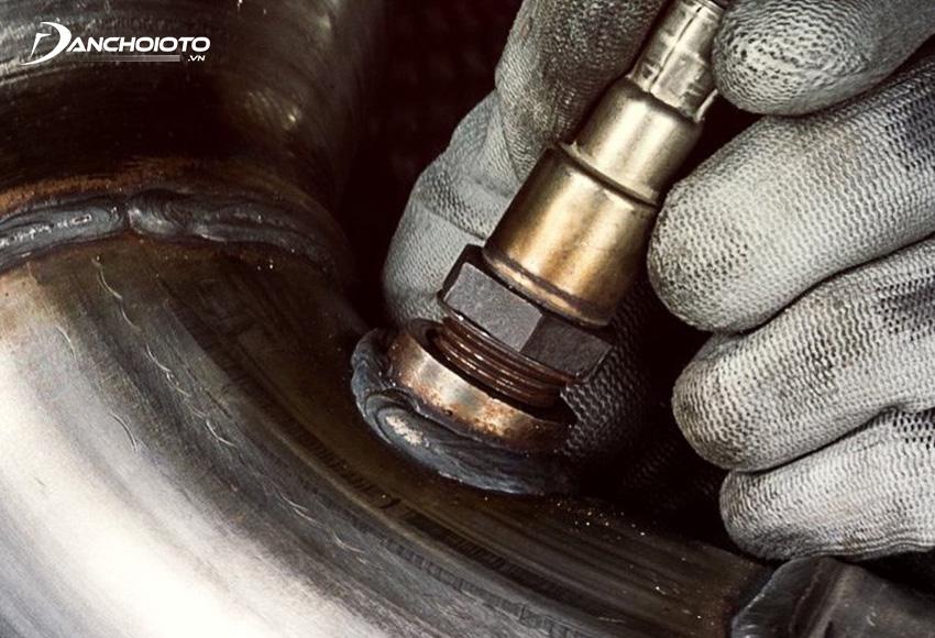 Vị trí cảm biến oxy thường lắp ở lỗ có ren ngay trước bộ xúc tác khí thải của động cơ