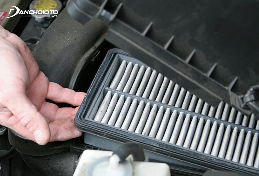 Vị trí lọc gió động cơ ô tô thường nằm sau cửa hút gió, phía sau lưới tản nhiệt
