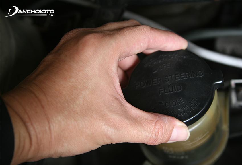 Xe bị thiếu dầu trợ lực lái là một trong các nguyên nhân vô lăng bị nặng thường gặp