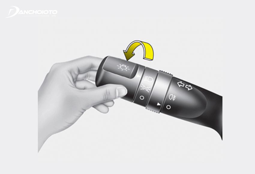 Xoay núm điều khiển để bật/tắt đèn pha ô tô