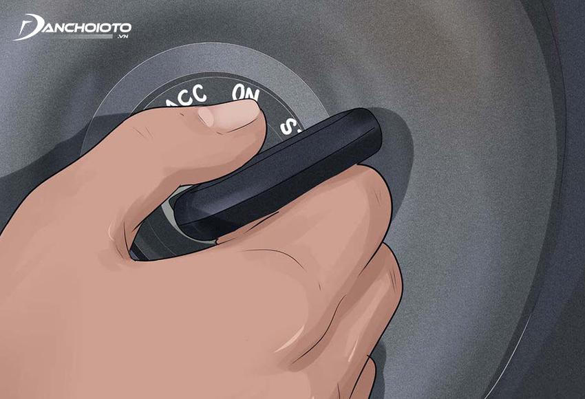 Bật chìa khoá cho nổ máy xe