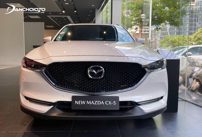 Đầu xe Mazda CX-5 2021 gây ấn tượng mạnh mẽ với cặp đèn sắc sảo thần thái, liền mạch cùng với lưới tản nhiệt đen bóng dạng nhuyễn mở rộng
