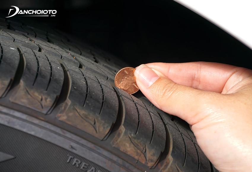 Để tránh xe bị trơn trượt nên kiểm tra, bảo dưỡng lốp định kỳ