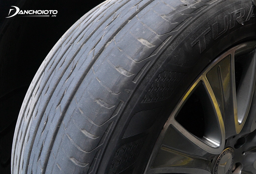 Khả năng chịu áp lực của lốp ô tô cũ yếu hơn nên dễ bị nổ khi gặp lực va đập mạnh
