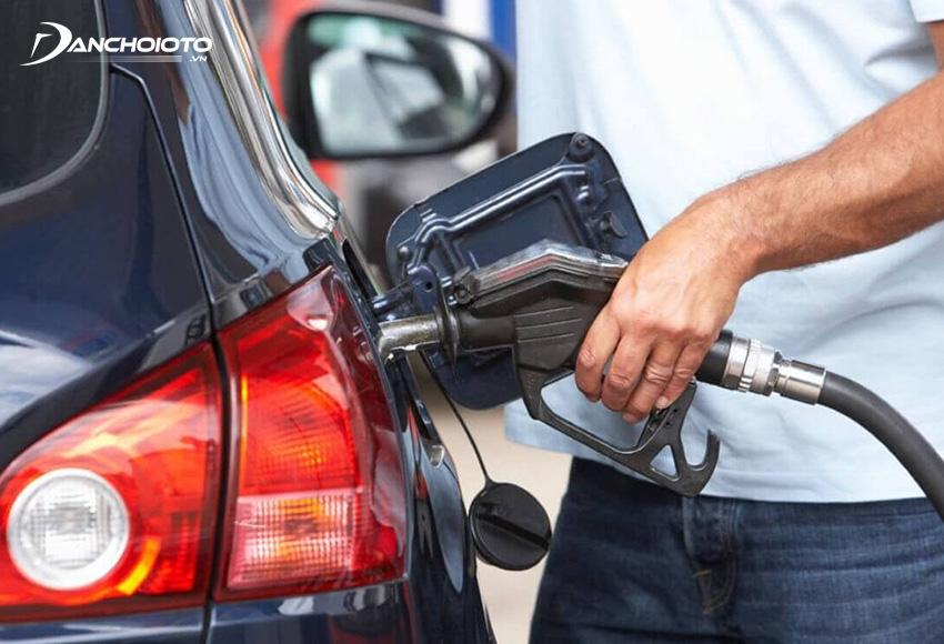 Khi đổ xăng ô tô không nên đổ quá đầy bình