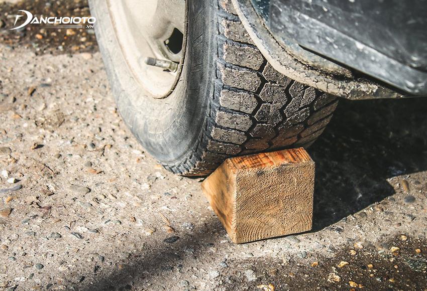 Khi đỗ xe trên dốc nên tìm vật chèn vào bánh xe