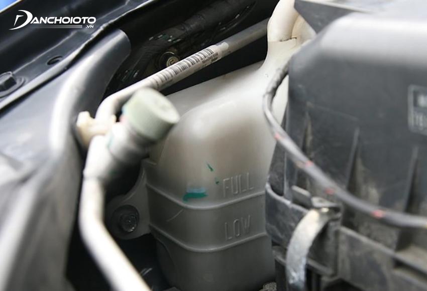 Khi kiểm tra xe ô tô trước khi đi xa cần kiểm tra lượng nước làm mát trong bình nước phụ