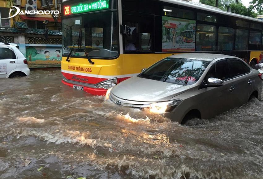 Khi lái đường ngập nên hạn chế chạy cạnh xe lớn