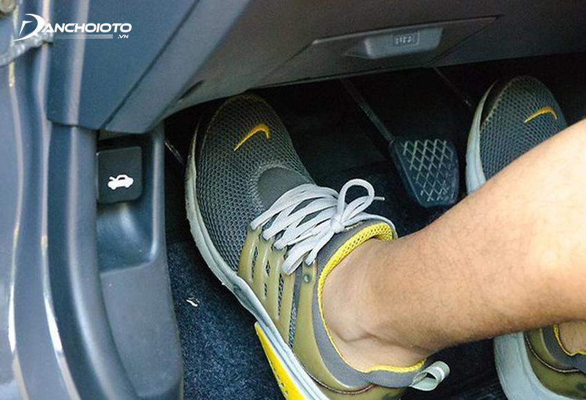 Khi lái xe chậm chỉ cần phối hợp nhuần nhuyễn côn – ga – phanh phù hợp