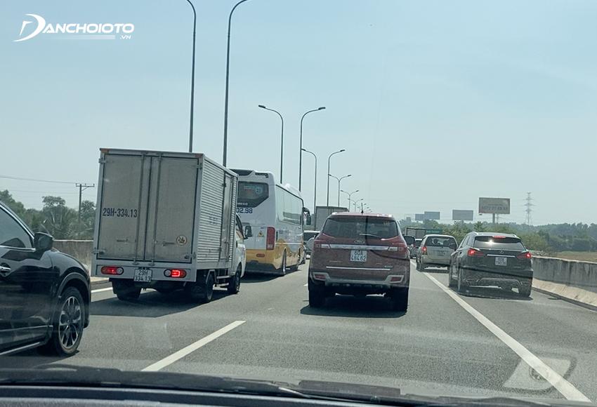 Khi lái xe đường dài nên chú ý giữ khoảng cách an toàn