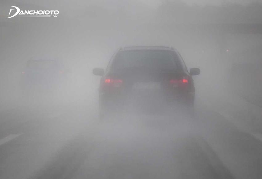 Khi lái xe trời sương mù cần chú ý giữ tốc độ và khoảng cách an toàn