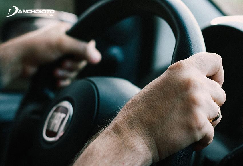 Khi thấy xe bị thủng lốp, người lái cần bình tĩnh giữ chặt vô lăng hướng thẳng theo làn đường của mình