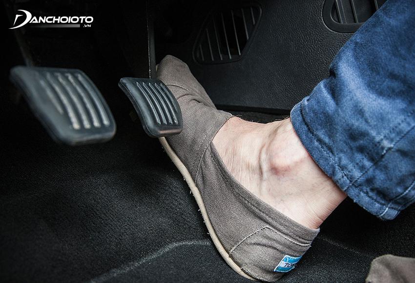 Khi xe bị nổ lốp tuyệt đối không đột ngột thả chân ga