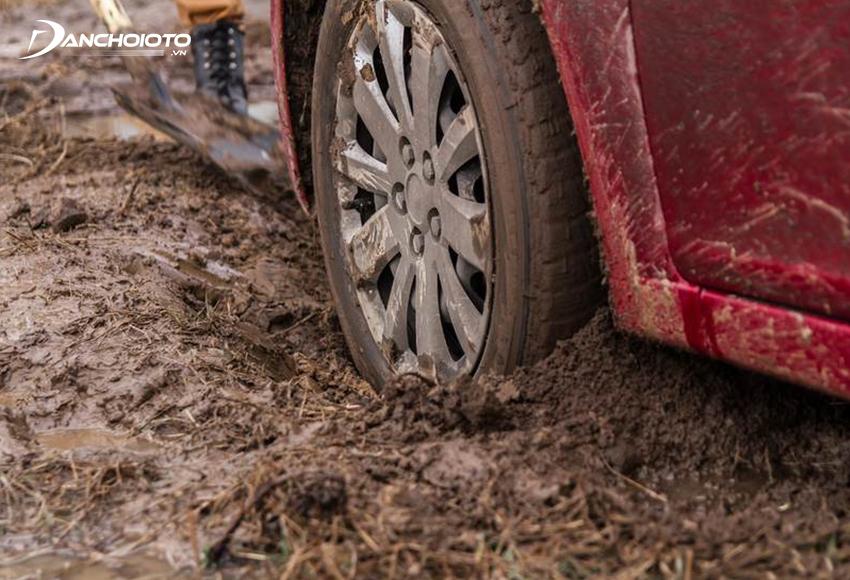 Khi xe đường lầy, càng phanh sẽ càng dễ bị lúnKhi xe đường lầy, càng phanh sẽ càng dễ bị lún