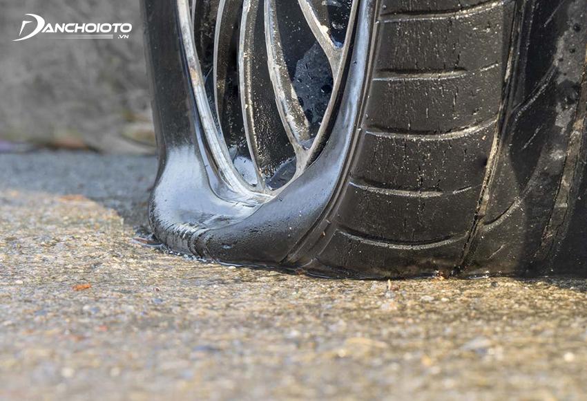 Khi xe ô tô bị thủng lốp nên hạn chế cho xe chạy xe