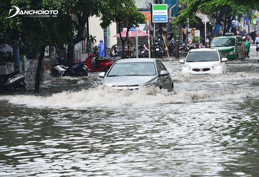 Kinh nghiệm lái xe đường ngập nước không chết máy đó là hãy giữ đều ga