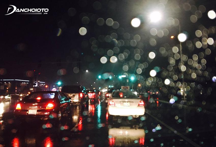 Lái xe trên đường xấu, thời tiết xấu vào ban đêm tiềm ẩn nhiều nguy hiểm