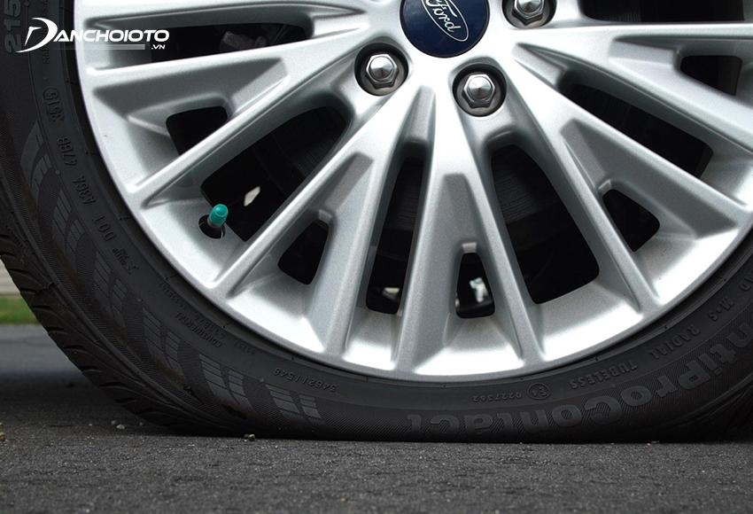 Lốp non hơi dễ bị thủng nếu gặp vật sắt nhọn