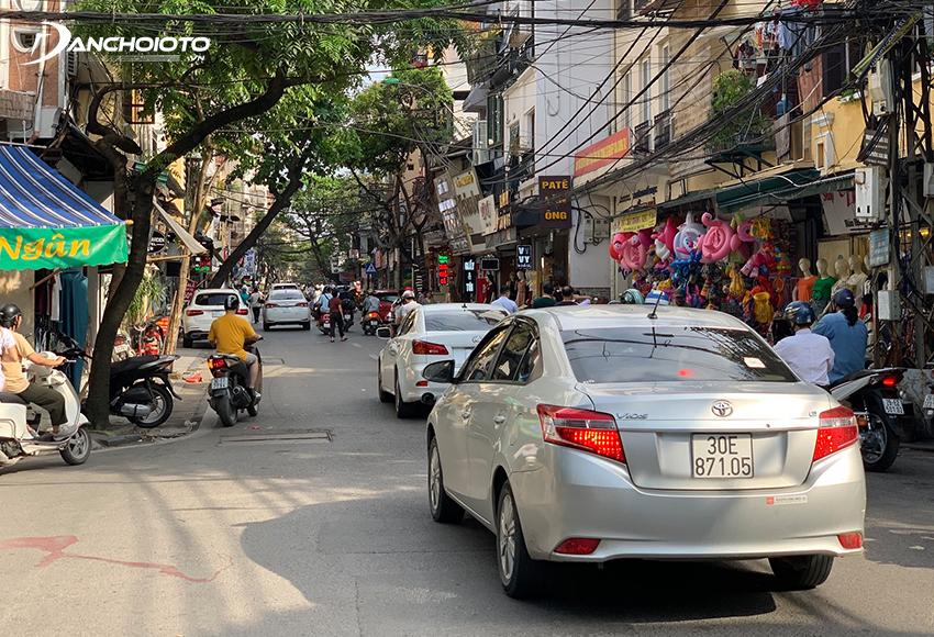 Một kinh nghiệm lái xe trong phố là dù đường đông xe hay vắng xe thì cũng cần chủ động giữ khoảng cách an toàn