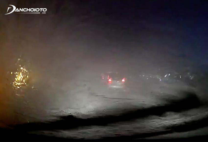 Một kỹ năng lái xe trời mưa bão rất quan trọng đó là hạn chế chạy gần, chạy song song với xe lớn bởi dễ bị văng nước lên kính lái