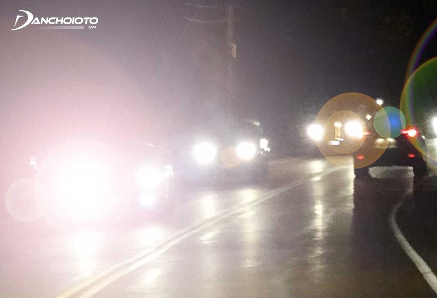 Một trong những nguy hiểm khi lái xe ban đêm thường gặp nhất là bị chói mắt, loá mắt do đèn xe chạy ngược chiều chiếu vào