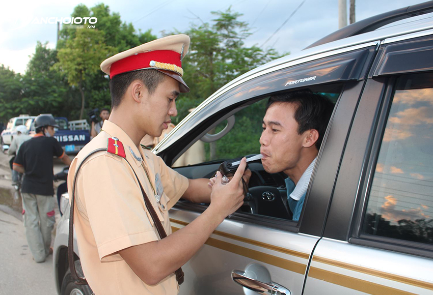 Mức xử phạt lỗi nồng độ cồn với người điều khiển ô tô có thể lên đến 40 triệu đồng
