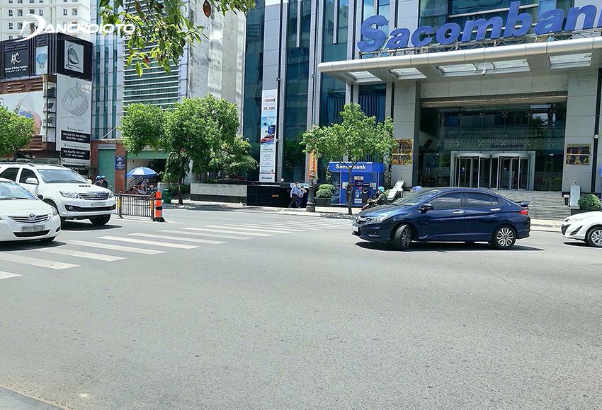 Nên chủ động nhường đường nếu gặp xe ngược chiều muốn rẽ
