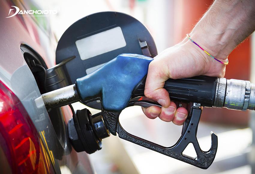Nên đổ xăng cho ô tô vào buổi sáng và tối, tránh đổ xăng vào buổi trưa
